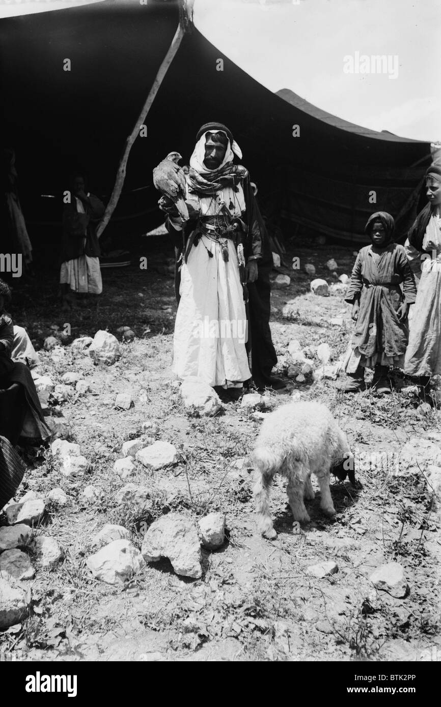 Bedouin hunter with his falcon and child, Jerusalem, photograph by American Colony Photo Department, circa 1898 - Stock Image