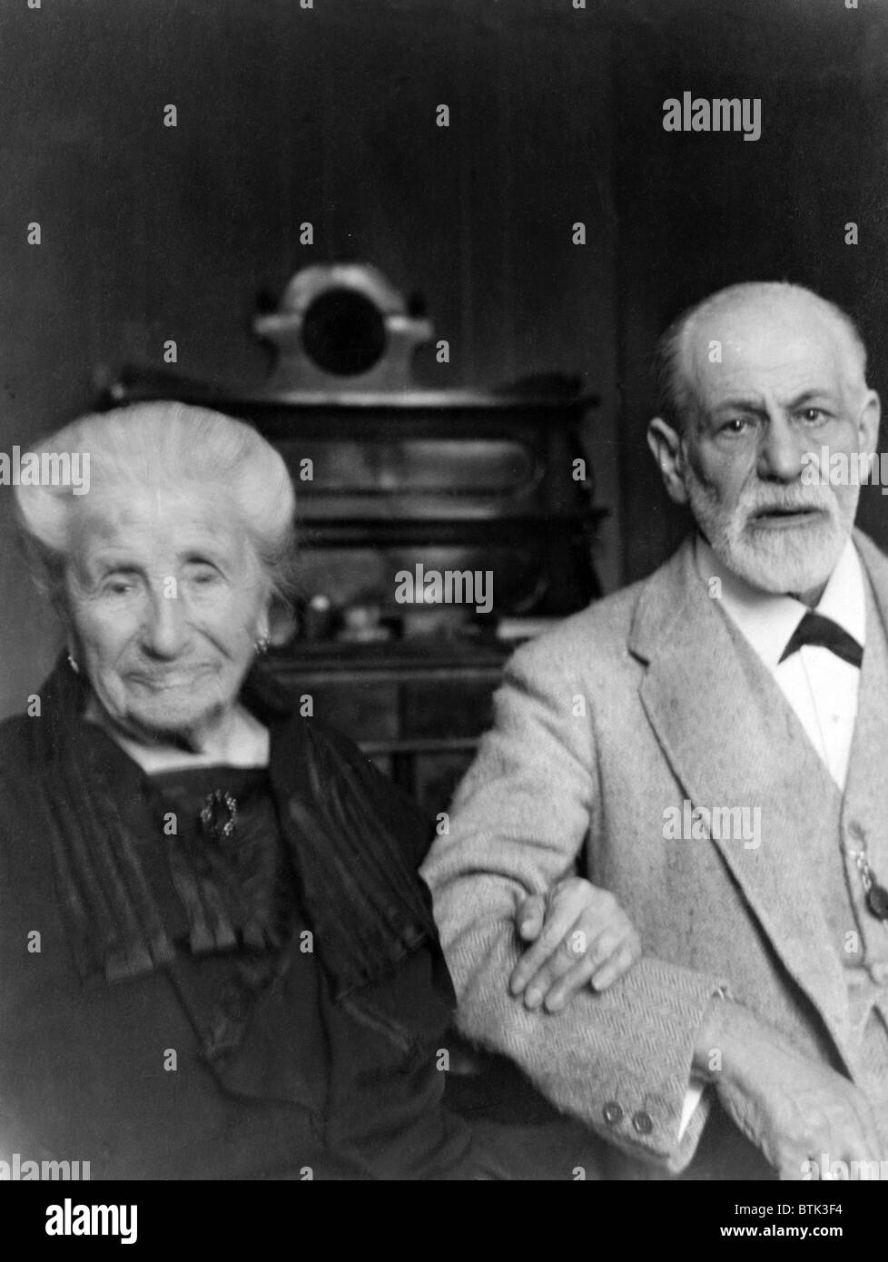 Sigmund Freud (1856-1939), and his mother, Amalia Freud (1835-1929), in 1925. - Stock Image