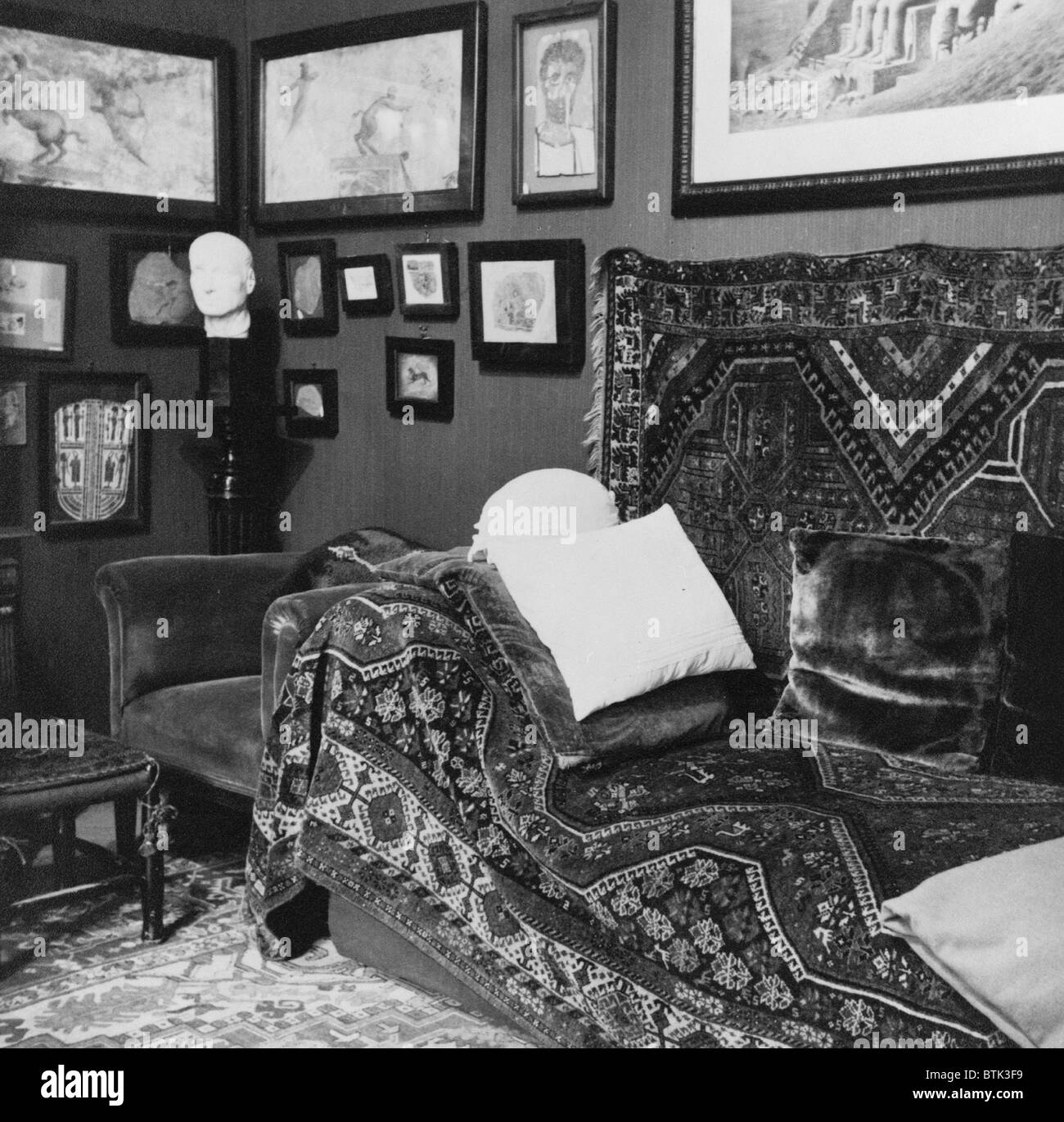 The couch in the consulting room of Sigmund Freud's office in Vienna as it looked in 1938, before his emigration - Stock Image