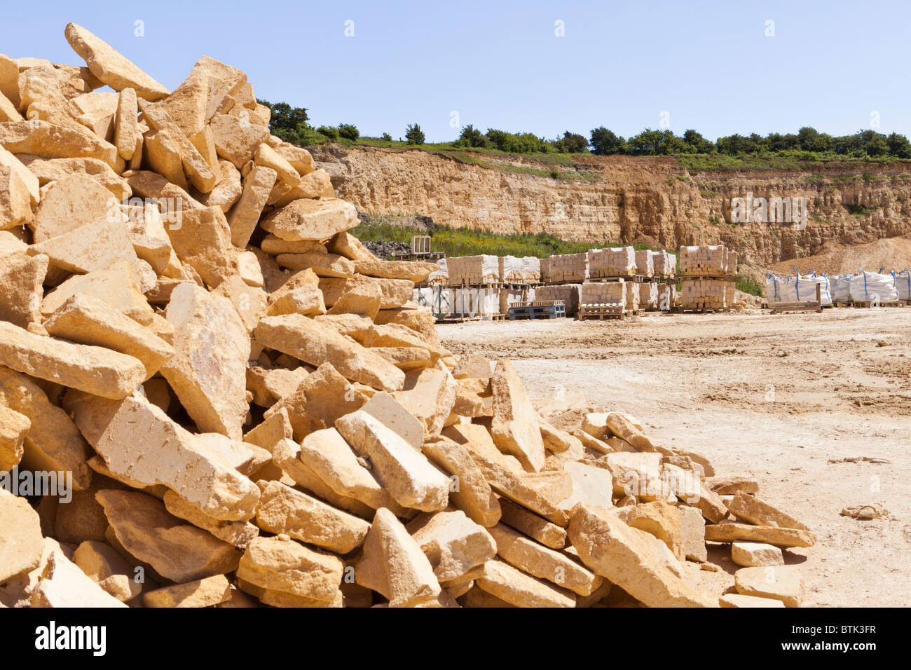 Cotswold oolitic limestone (from the Inferior Oolite of middle Jurassic age) in the Cotswold Hill Quarry, Ford, - Stock Image