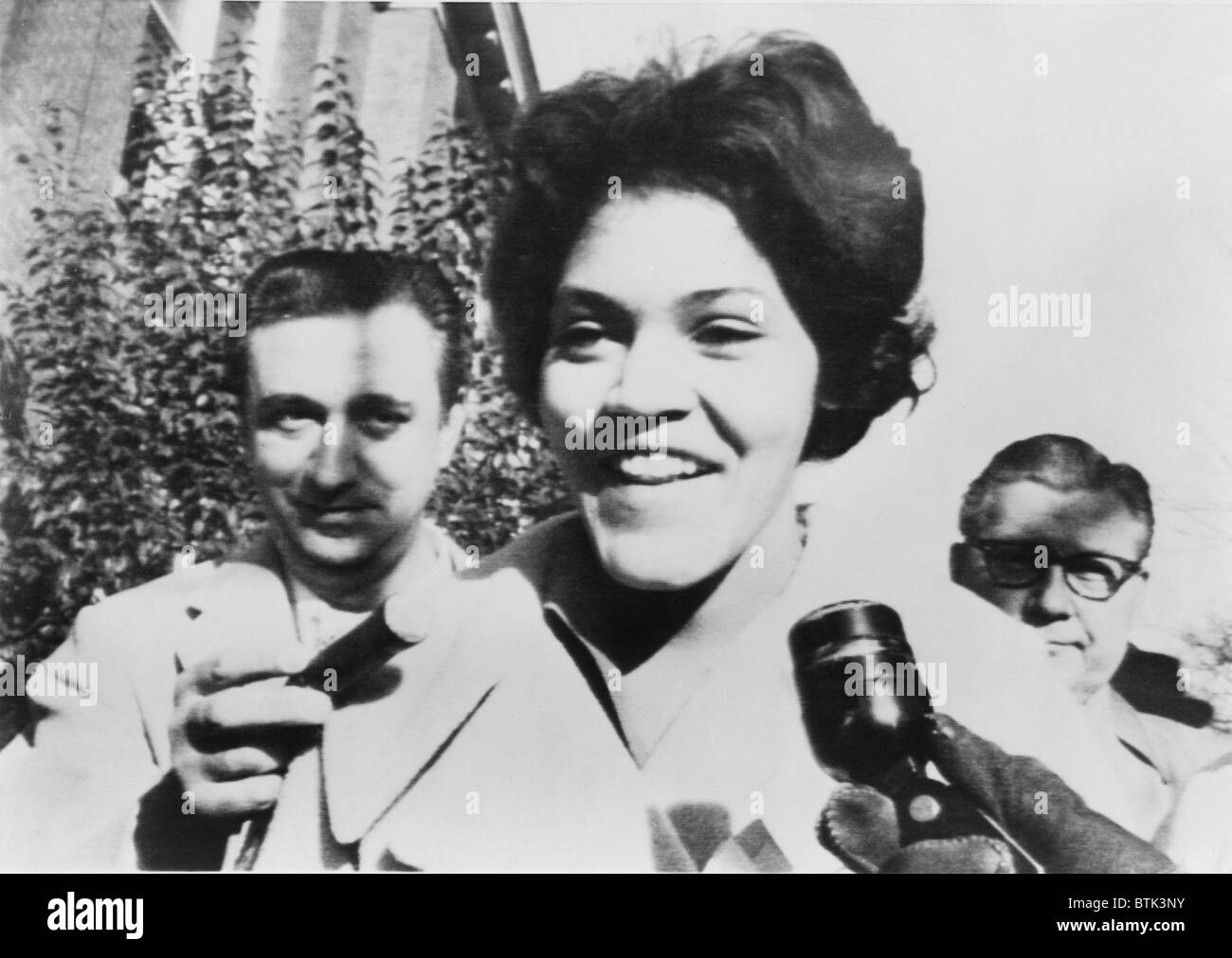 Charlayne Hunter smiles to reporters as she (with Hamilton E. Holmes) becomes the first African-American women to - Stock Image