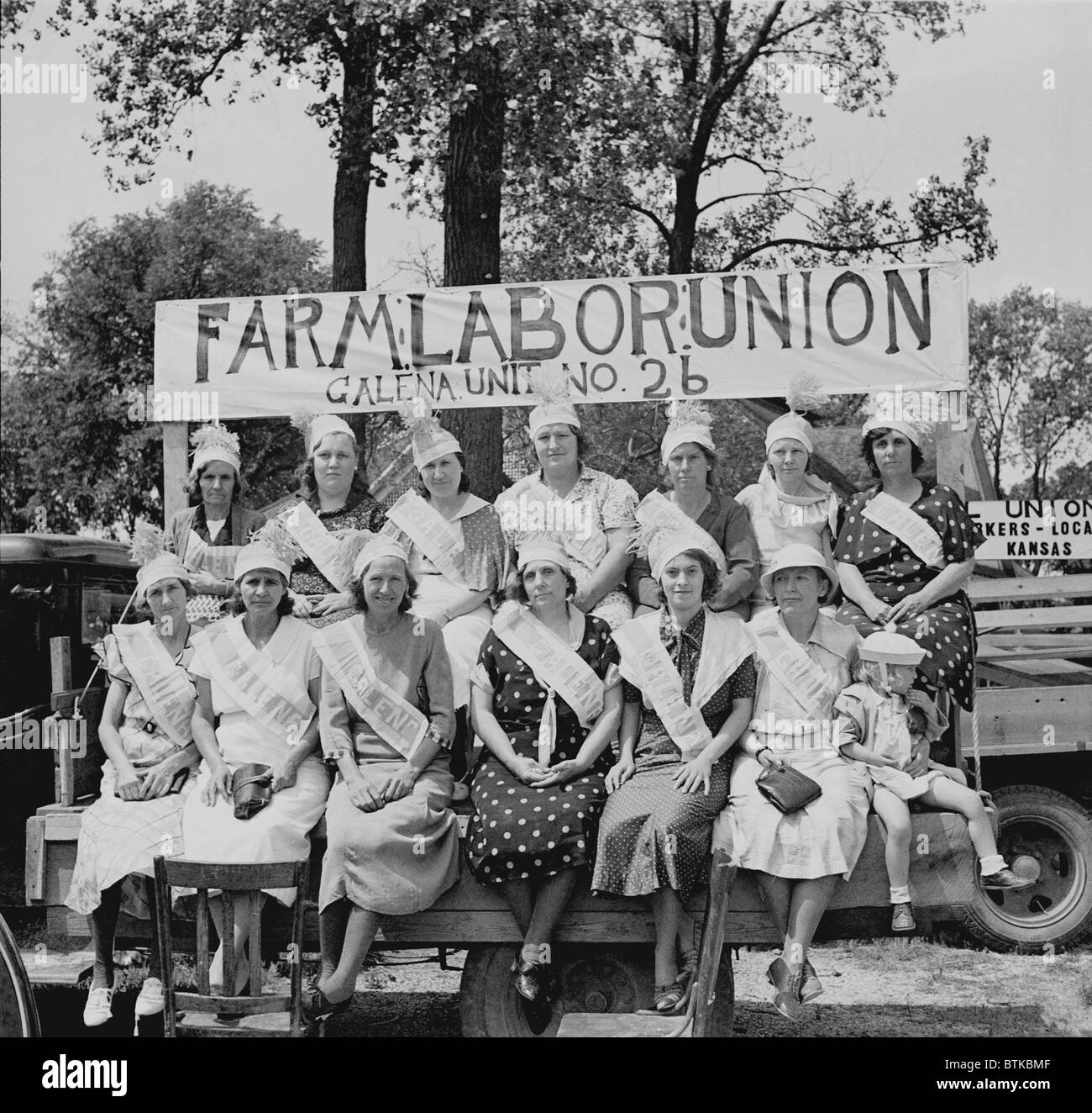 Wives of farmer laborites at a 1936 Columbus, Kansas, rally. During the New Deal, union membership expanded dramatically, - Stock Image
