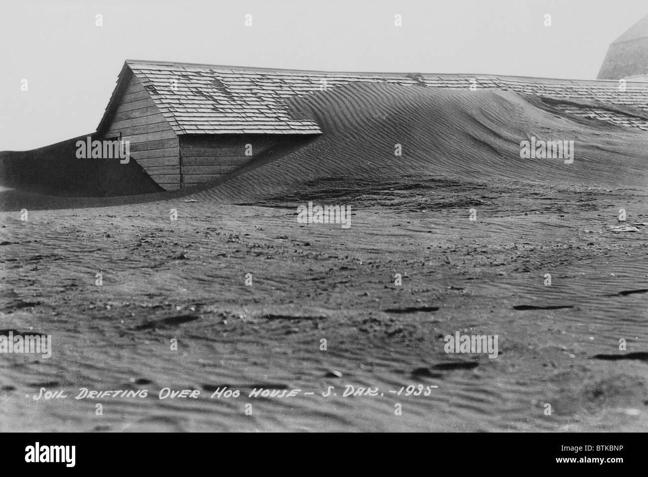 Soil drifting over a farm building on a South Dakota farm in 1935. Dakota was north of the 'Dust Bowl,' - Stock Image