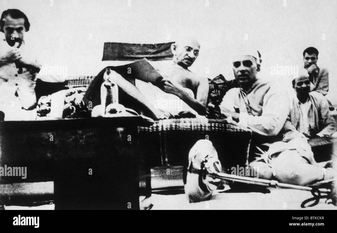 Mahatma Gandhi, Jawaharlal Nehru at an Indian National Congress meeting, ca. 1929 - Stock Image