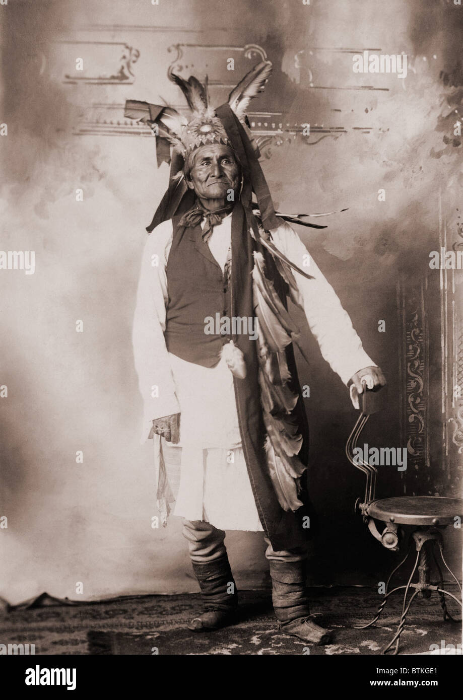 Geronimo (1829-1909), Chiricahua Apache warrior in Indian clothing and feathered headdress. 1906 studio portrait. Stock Photo