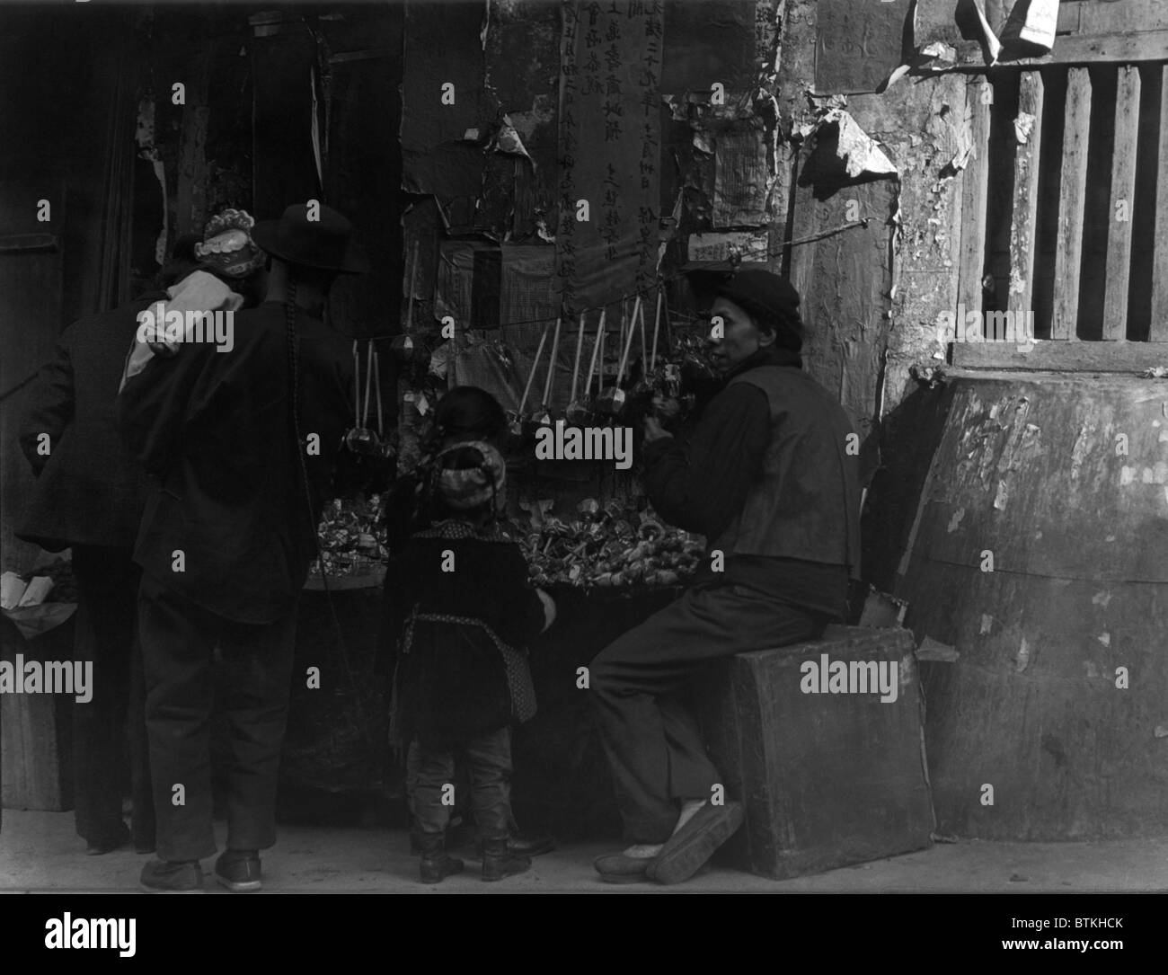 TOY MERCHANTS. Chinese immigrants in San Francisco. From Arnold Genthe's CHINATOWN SERIES. Ca. 1900. - Stock Image