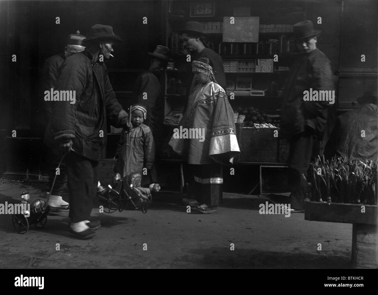 THE TOY PEDDLER. Chinese immigrants in San Francisco. From Arnold Genthe's CHINATOWN SERIES. Ca. 1896. - Stock Image