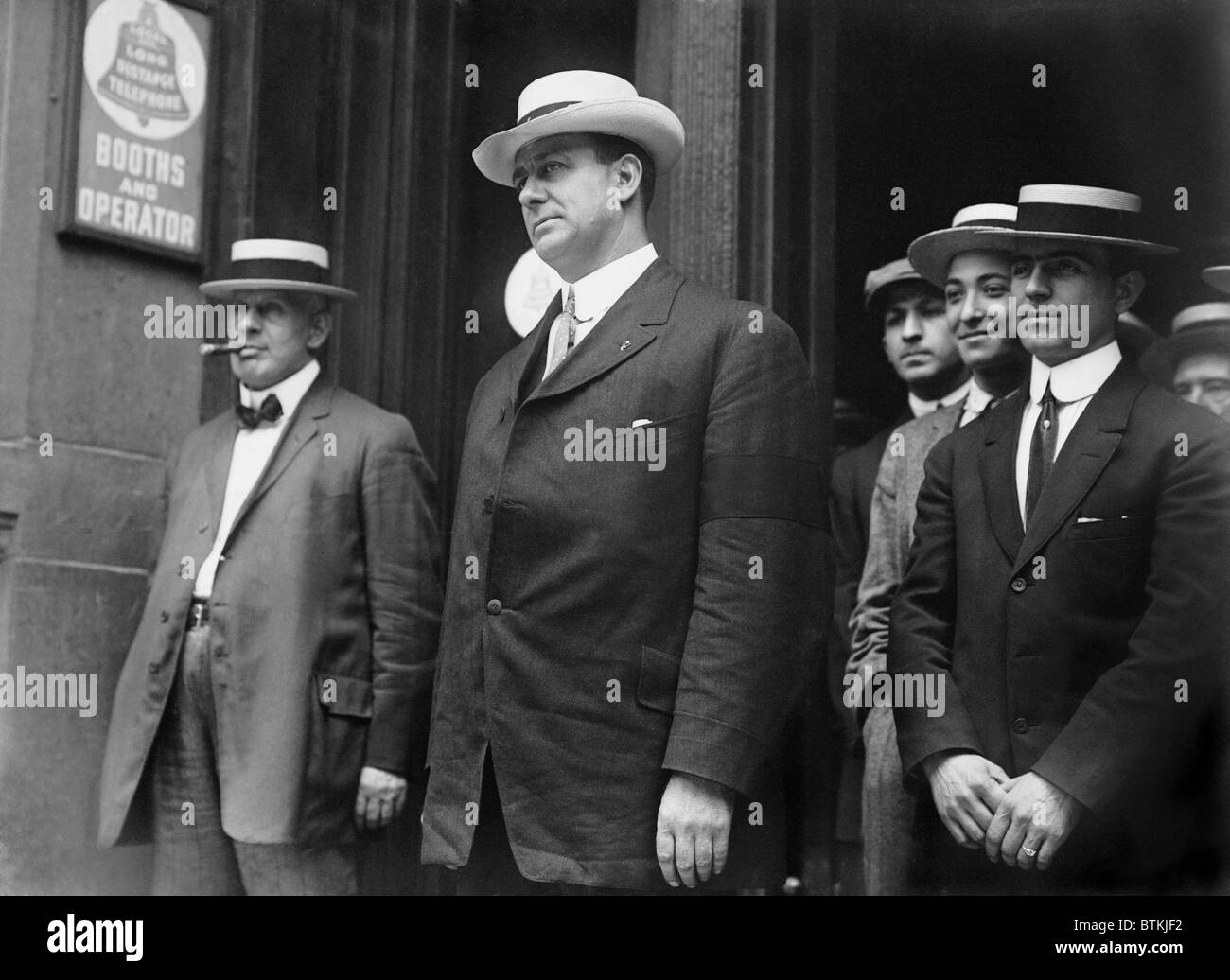 Corrupt New York City police Lieutenant Charles Becker (center) was executed in 1915, in the Sing Sing Prison electric Stock Photo