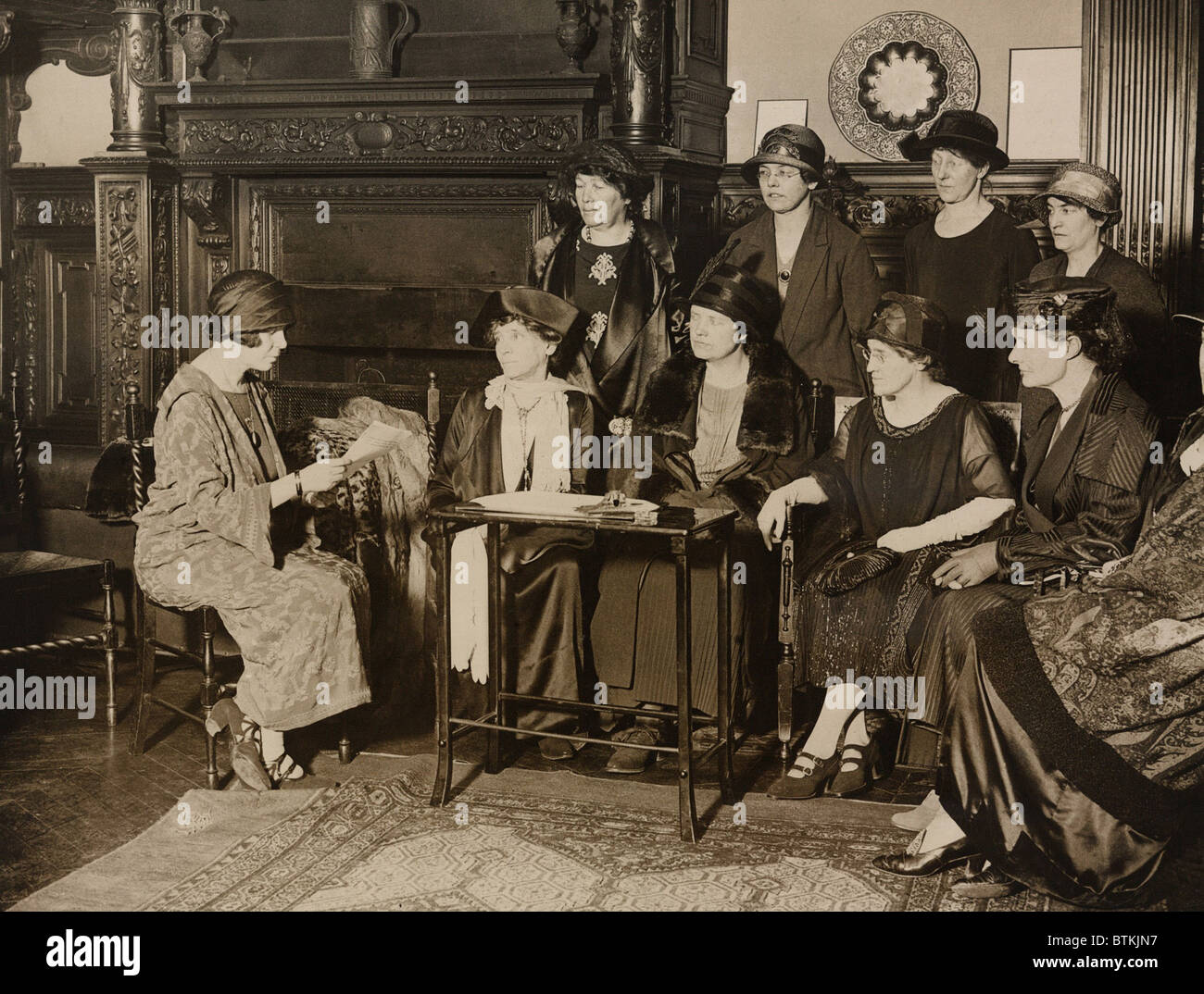 American Alice Paul, leader of the militant National Women's Party meeting with English feminists at American Woman's Club in London. (l to r) Alice Paul, Elizabeth Robins, Viscountess Rhondda, Dr. Louisa Martindale, Mrs. Virginia Crawford, Dorothy Evans, Standing: Emmeline Pethick-Lawrence, Alison Neilans, Florence Underwood, Miss Barry. Stock Photo