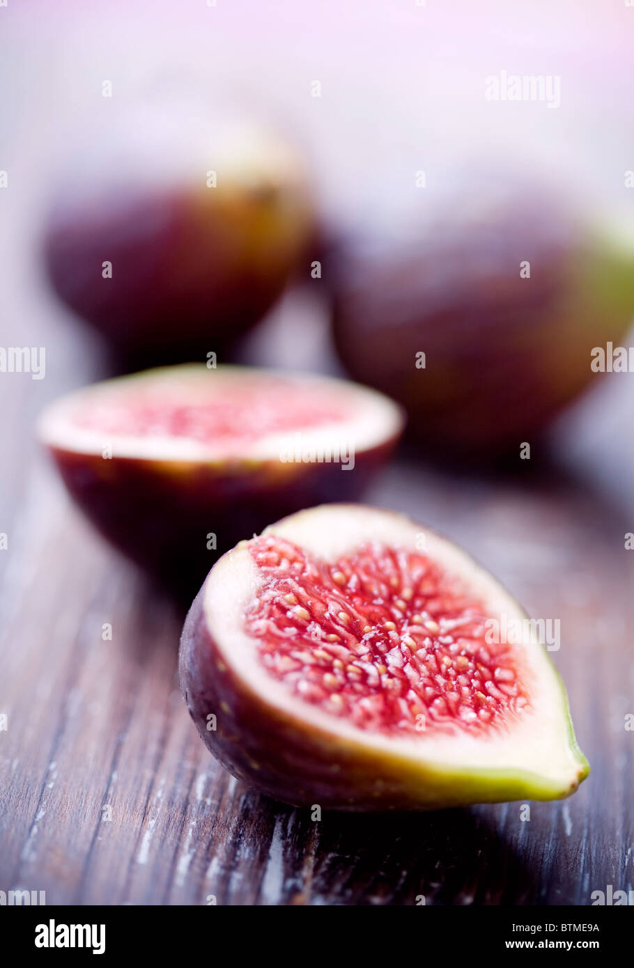 figs halved - Stock Image