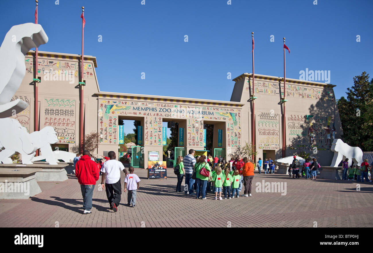 Familes and a grade school outside the entrance of Memphis Zoo in  Tennessee, USA - Stock Image
