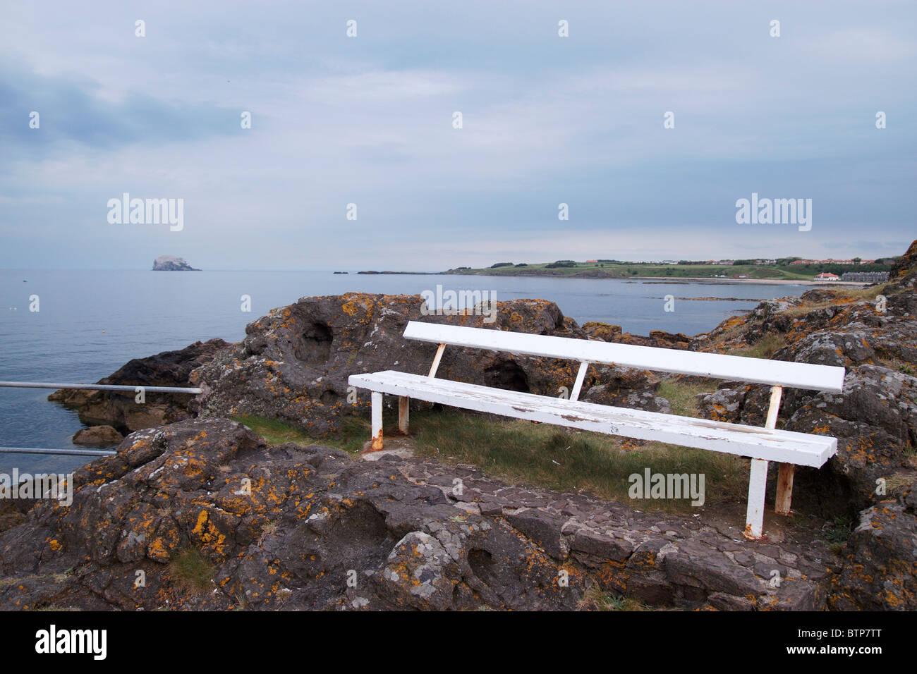 Scotland, North Berwick, Empty bench at seashore - Stock Image