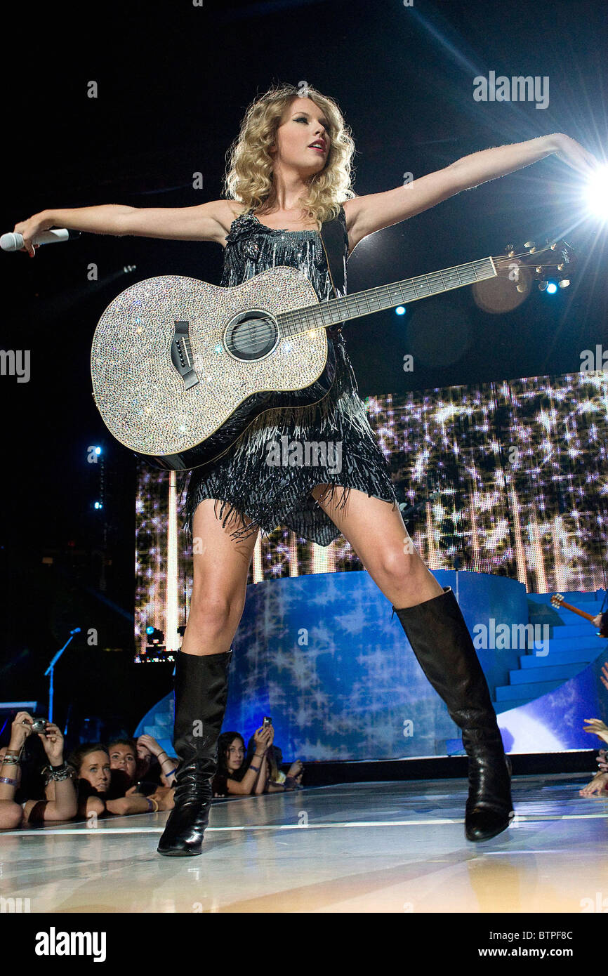Page 3 Taylor Swift Singing High Resolution Stock Photography And Images Alamy