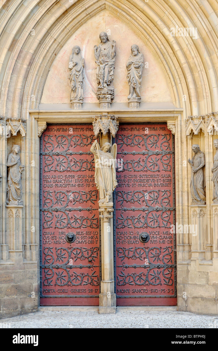 Germany, Thuringia, Erfurt, Dom St Marien, Closed door and statues - Stock Image