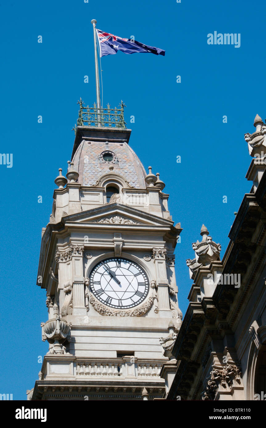 Australia, Central Victoria, Bendigo, Flag and clock tower at post office - Stock Image