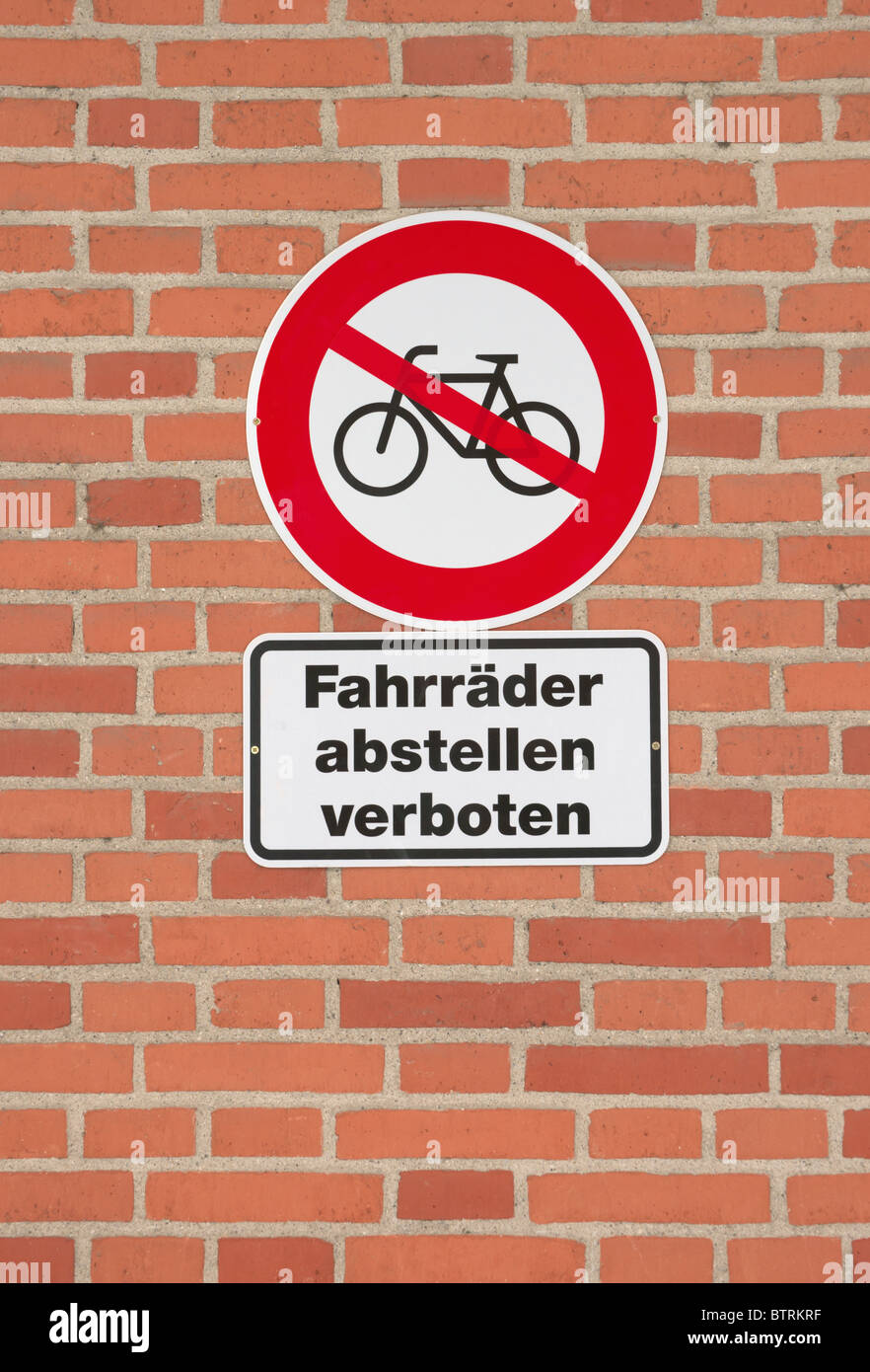 No bicycles sign, Fahrrader abstellen verboten, Bicycle parking Prohibition sign on brick wall - Stock Image