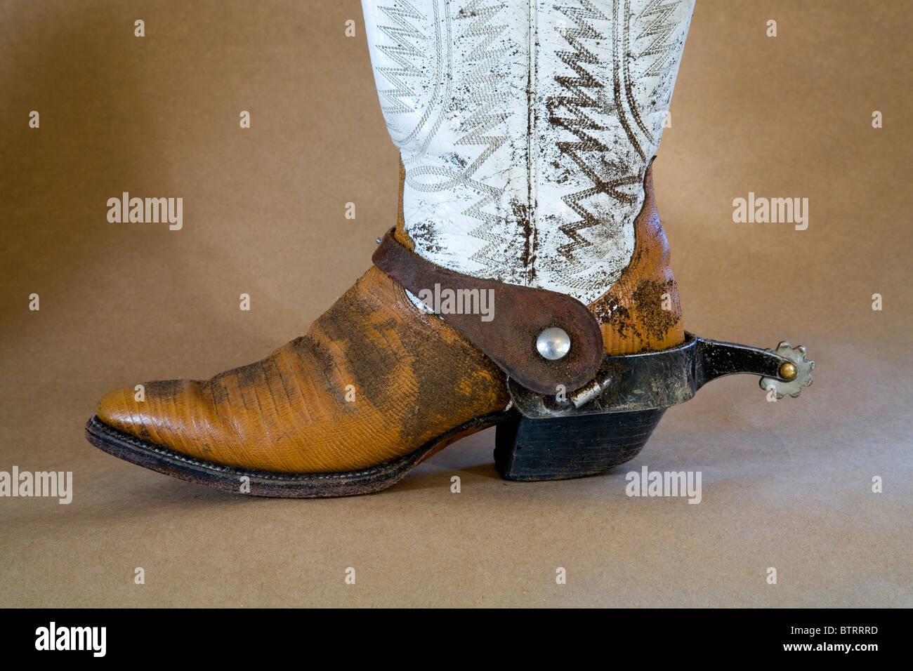 Well worn cowboy boots and spurs - Stock Image