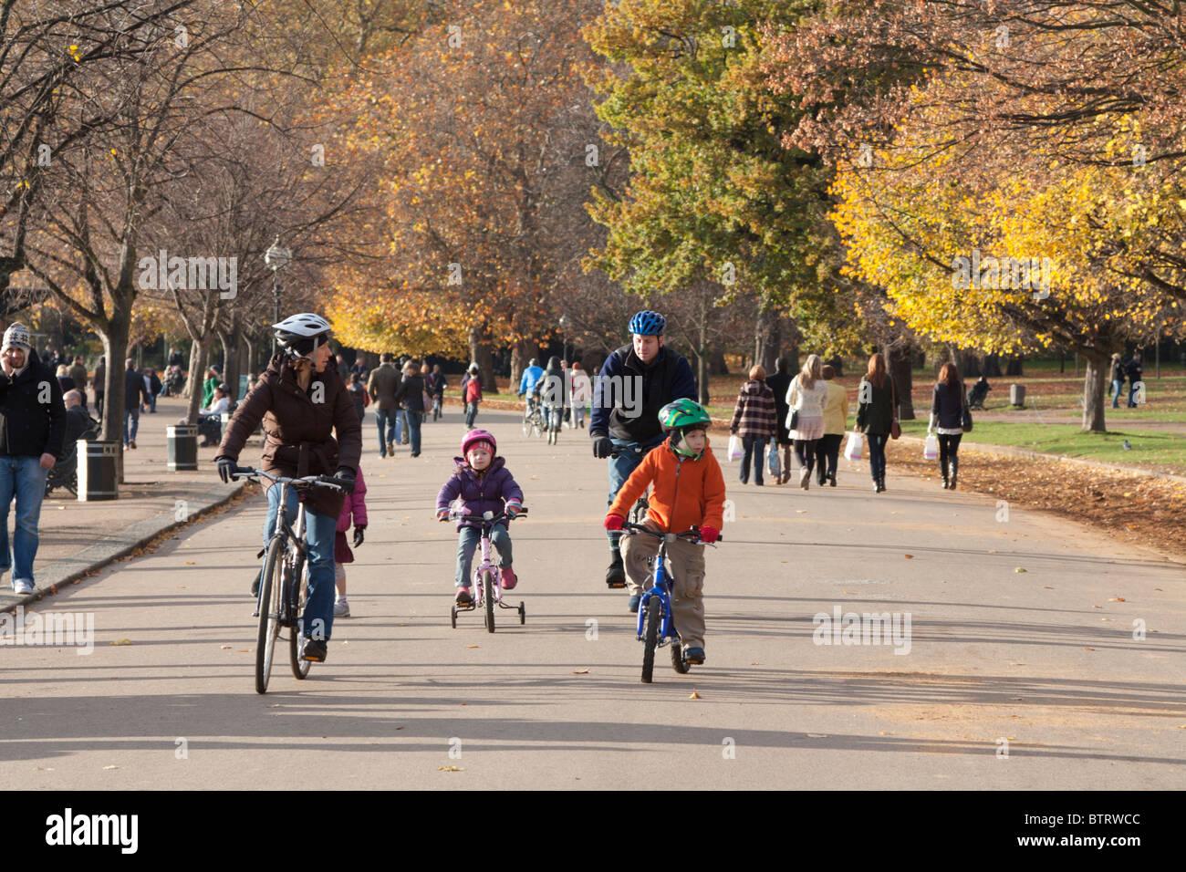 Family bike ride - Hyde Park - London - Stock Image