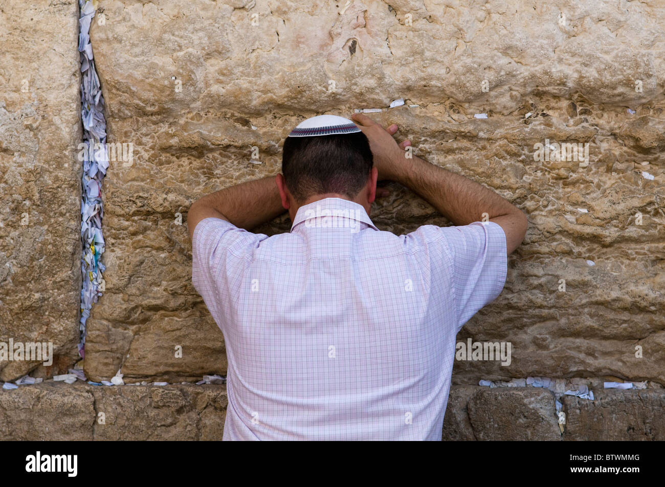 Jewish man in prayer at the Western Wall in Jerusalem - Stock Image