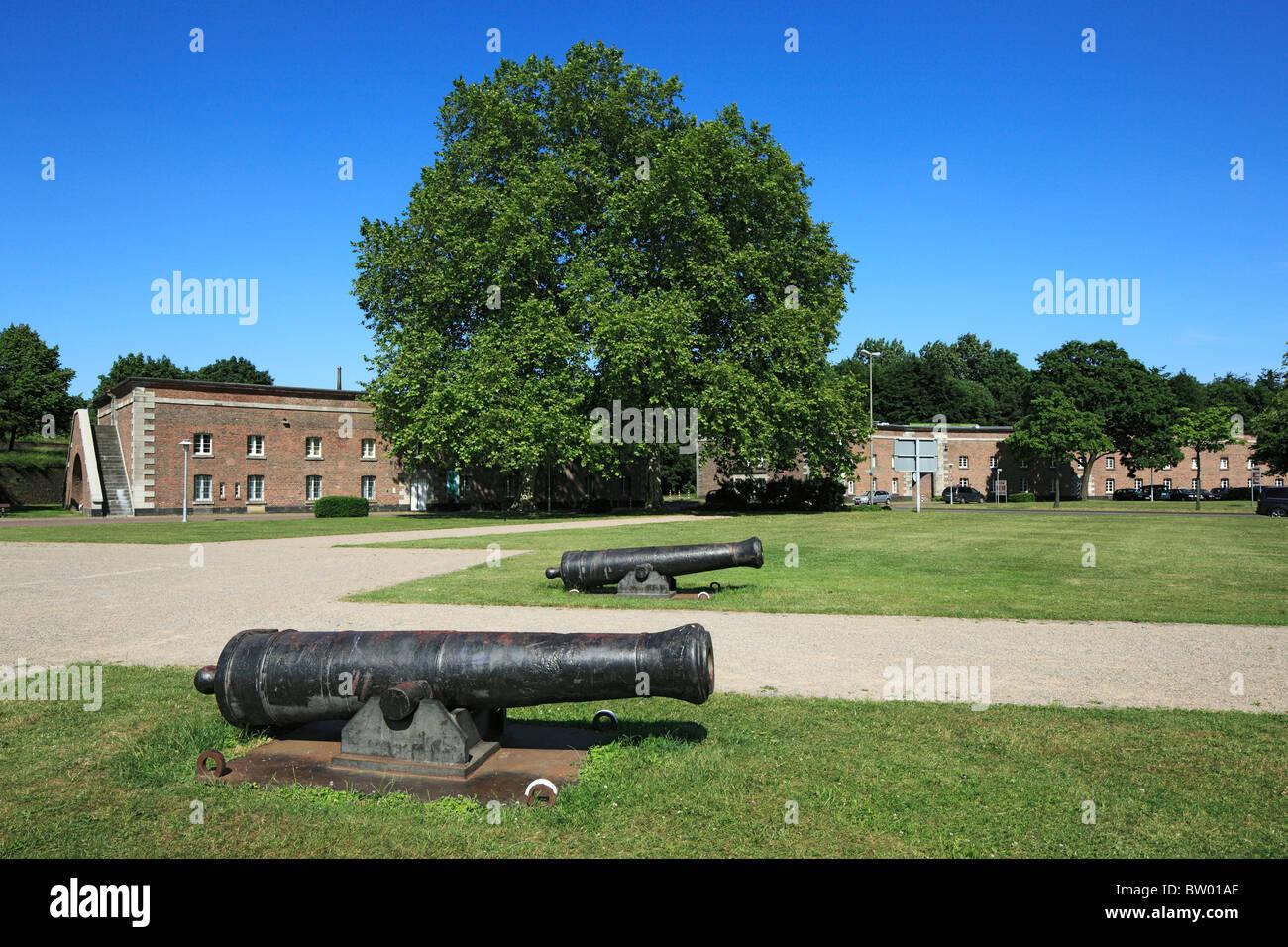 Kanonen vor der Kaserne Nummer VIII der Weseler Zitadelle mit Musikschule und Kunstschule, Wesel, Niederrhein, Nordrhein - Stock Image