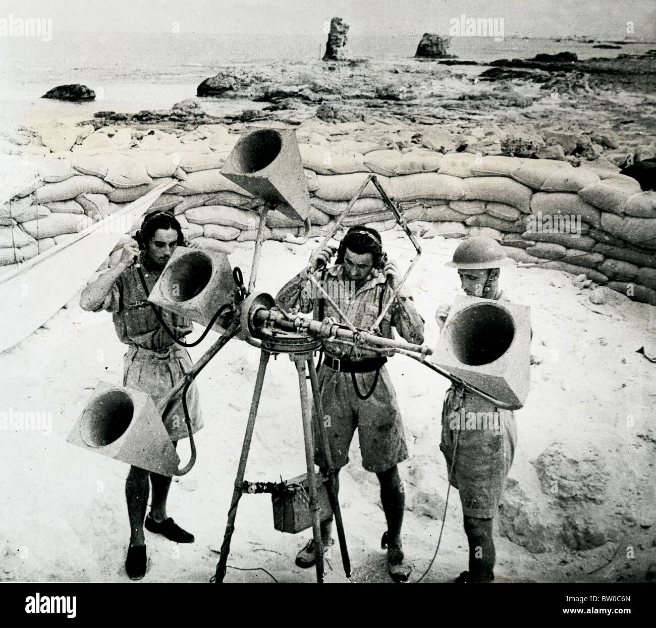 British Sound Locator Crew in their pit in the Western Desert, work in conjunction with Searchlight & AA Gun - Stock Image