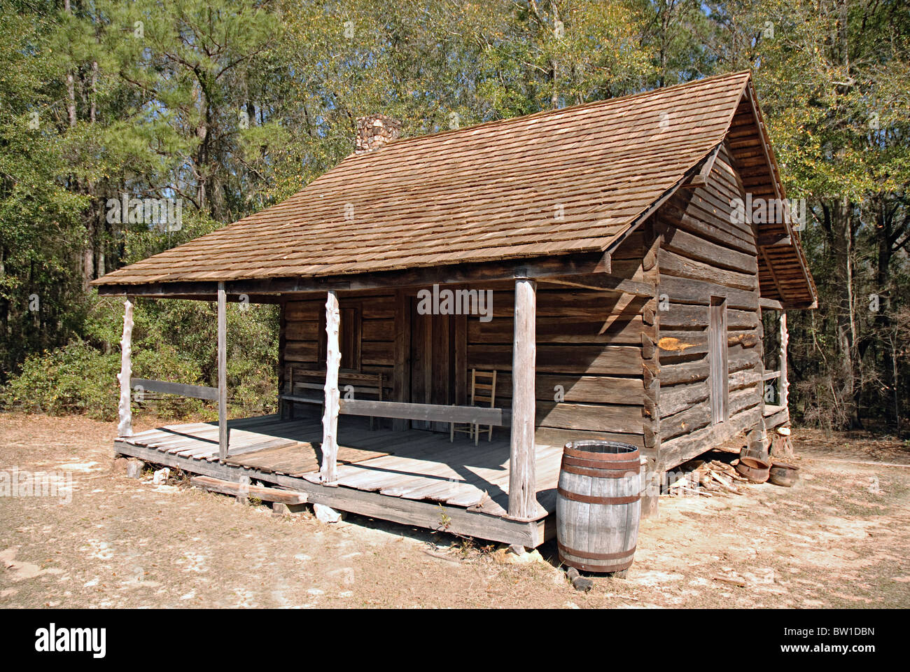 Simple log cabin back in the woods - Stock Image