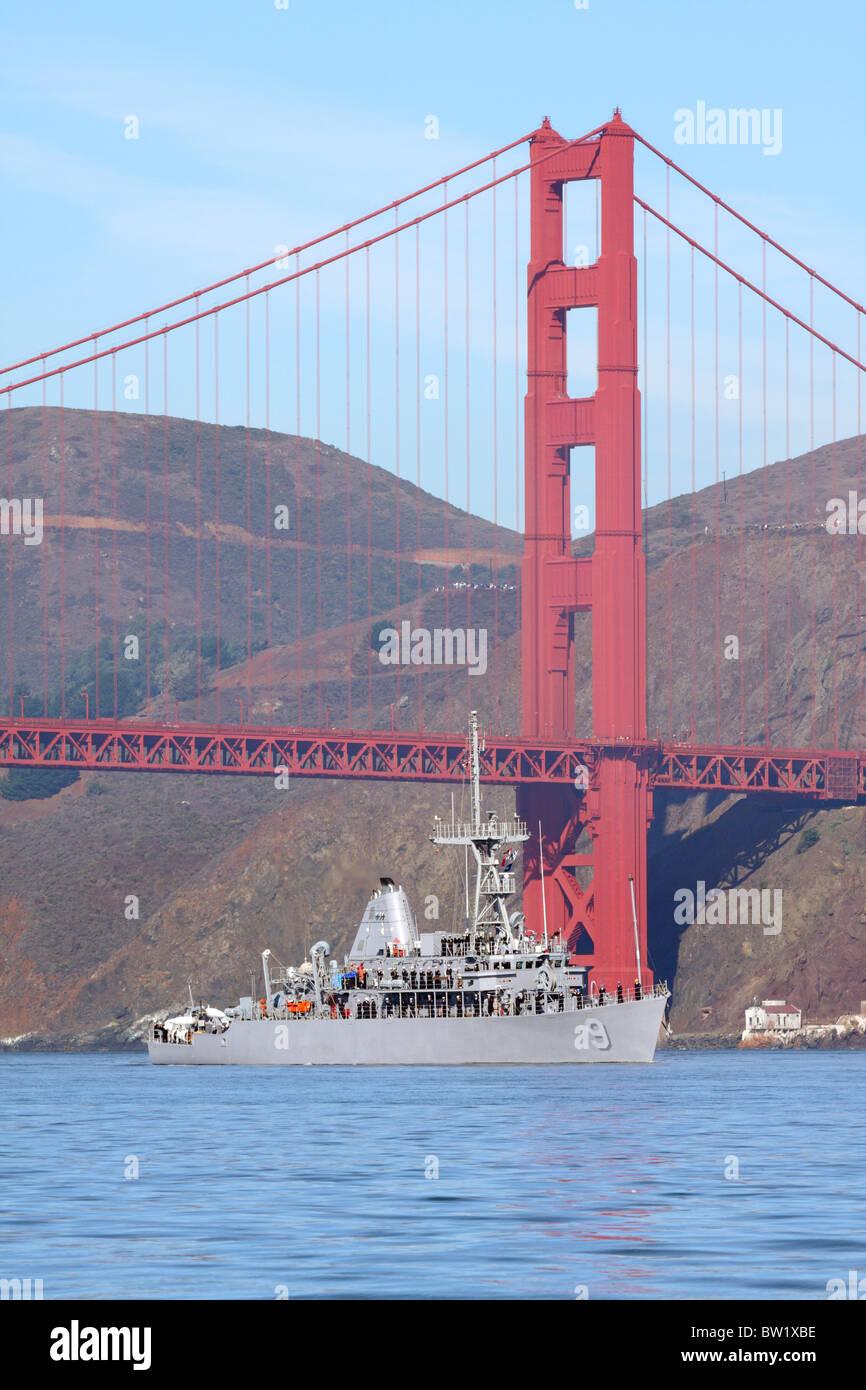 Mine Countermeasure ship USS Pioneer (MCM 9) on San Francisco Bay. - Stock Image
