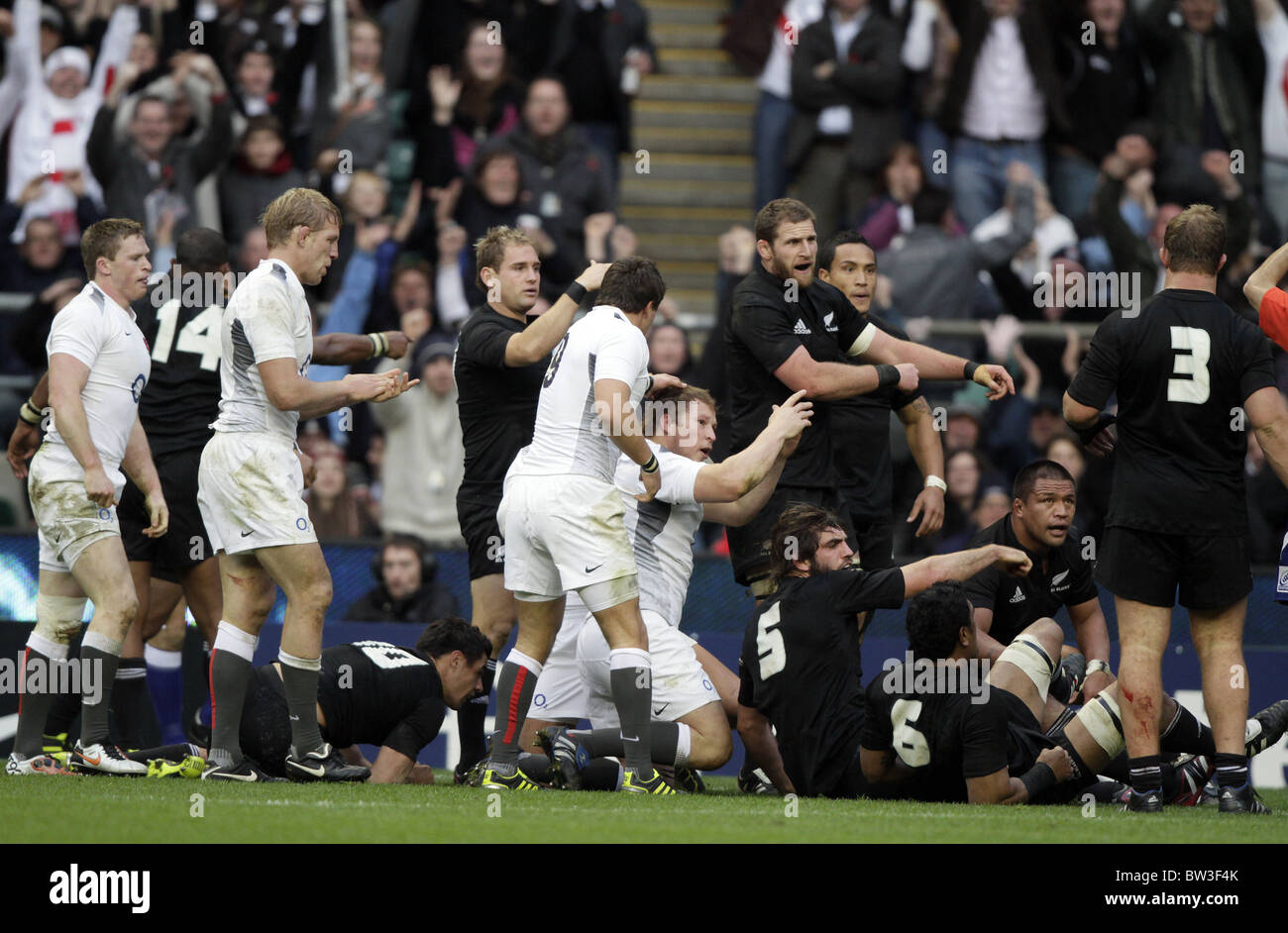DYLAN HARTLEY TOUCHES DOWN ENGLAND V NEW ZEALAND RU TWICKENHAM MIDDLESEX ENGLAND 06 November 2010 - Stock Image