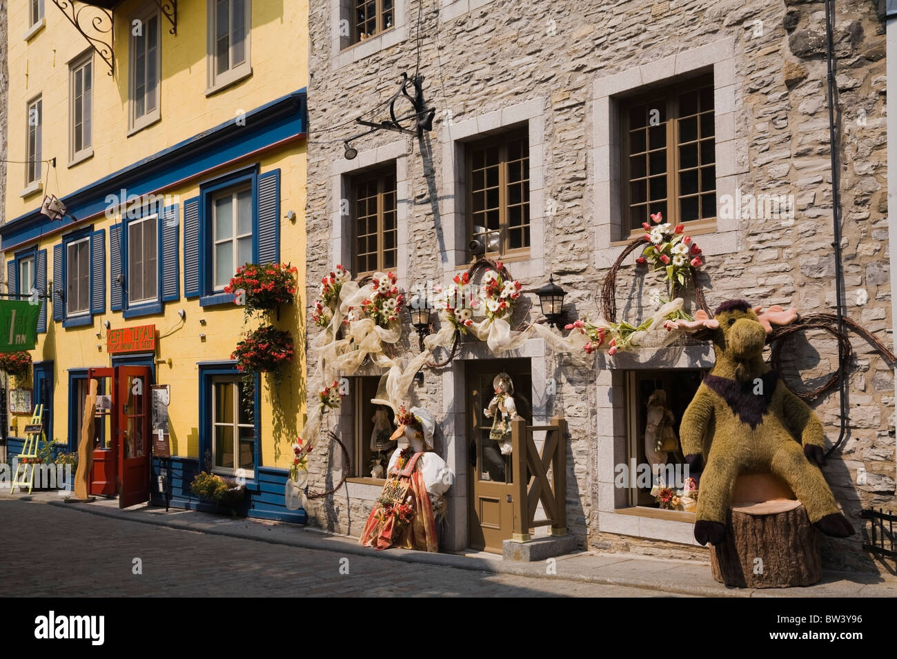 Arts and crafts shopping boutiques on Rue Cul-de-Sac, Lower Town, Old Quebec City, Quebec, Canada - Stock Image