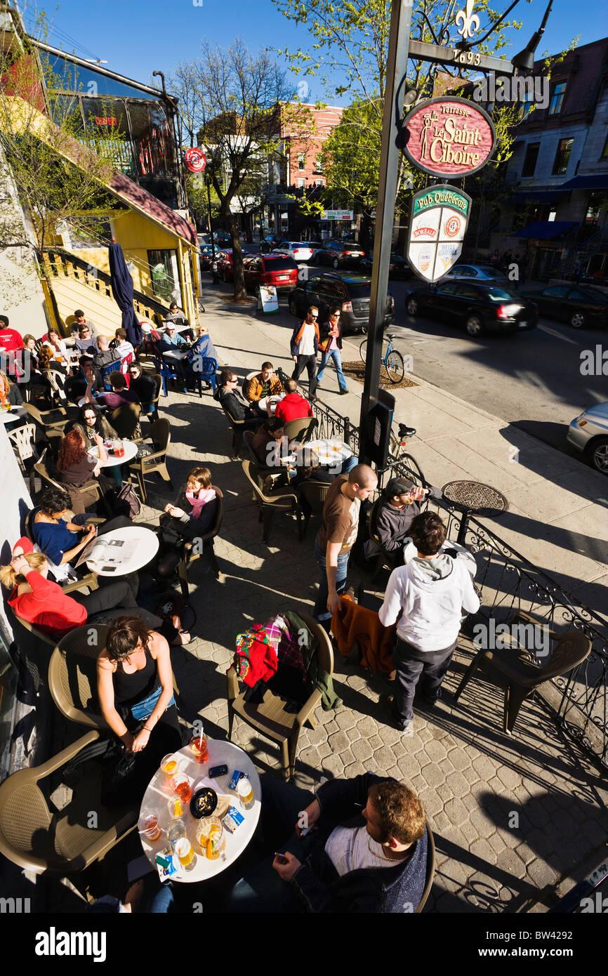 People on terrace, Saint-Denis street, Quartier Latin, Montreal, Quebec. - Stock Image