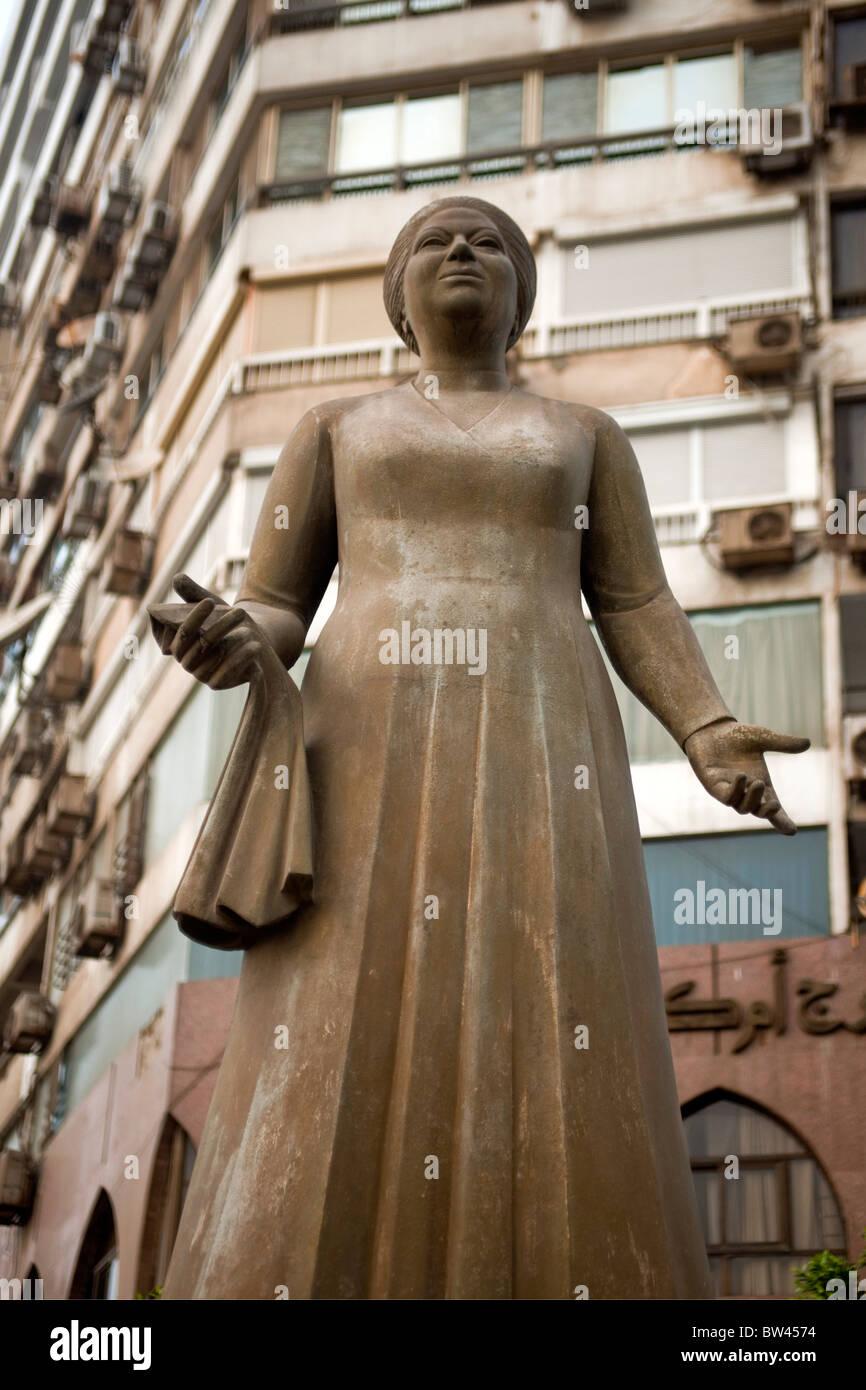 Aegypten, Kairo, Insel Gezira, Zamalek, Statue der Sängerin Om Kolthoom vor dem Hotel Om Kolthoom - Stock Image