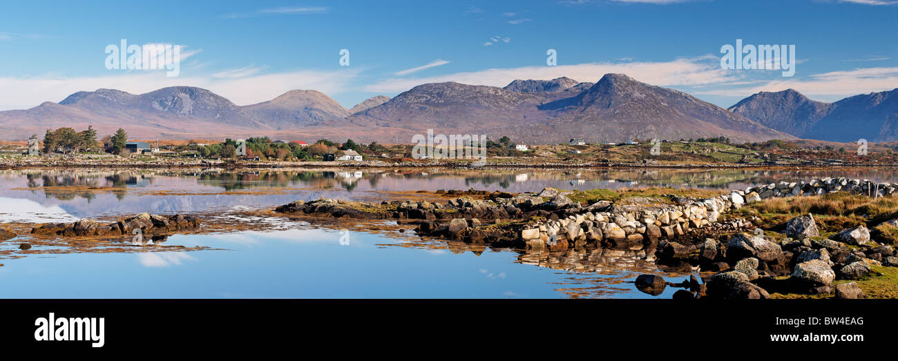 The Twelve Pins from Inis Ni, near Roundstone, Connemara, County Galway, Connaught, Ireland. - Stock Image