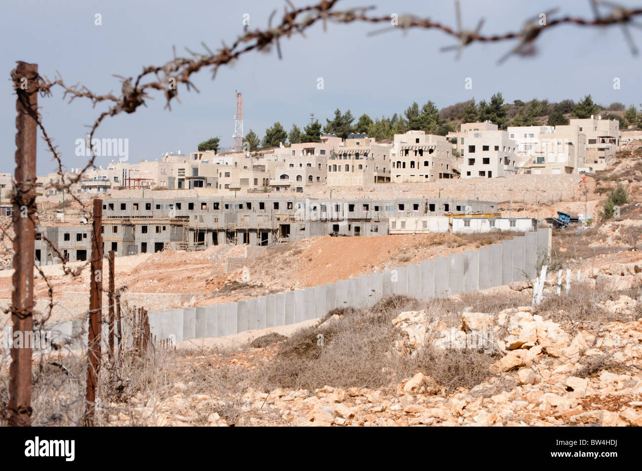 Construction continues on the Israeli settlement Gilo and the separation barrier surrounding it. - Stock Image