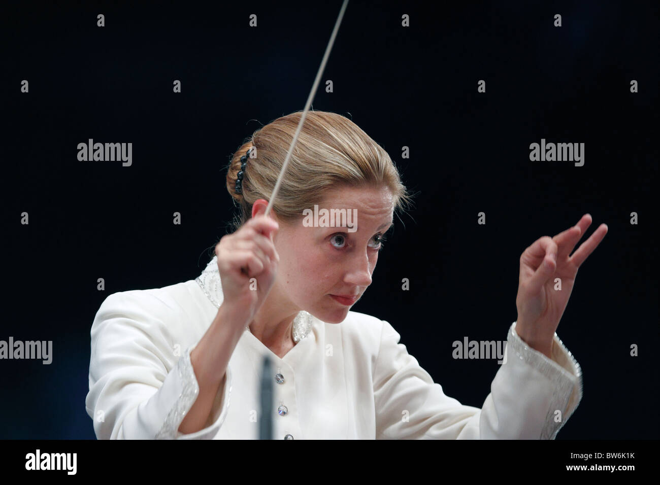 Joan Landry conducts the Boston Landmarks Orchestra at the Hatch Shell in Boston, Massachusetts - Stock Image