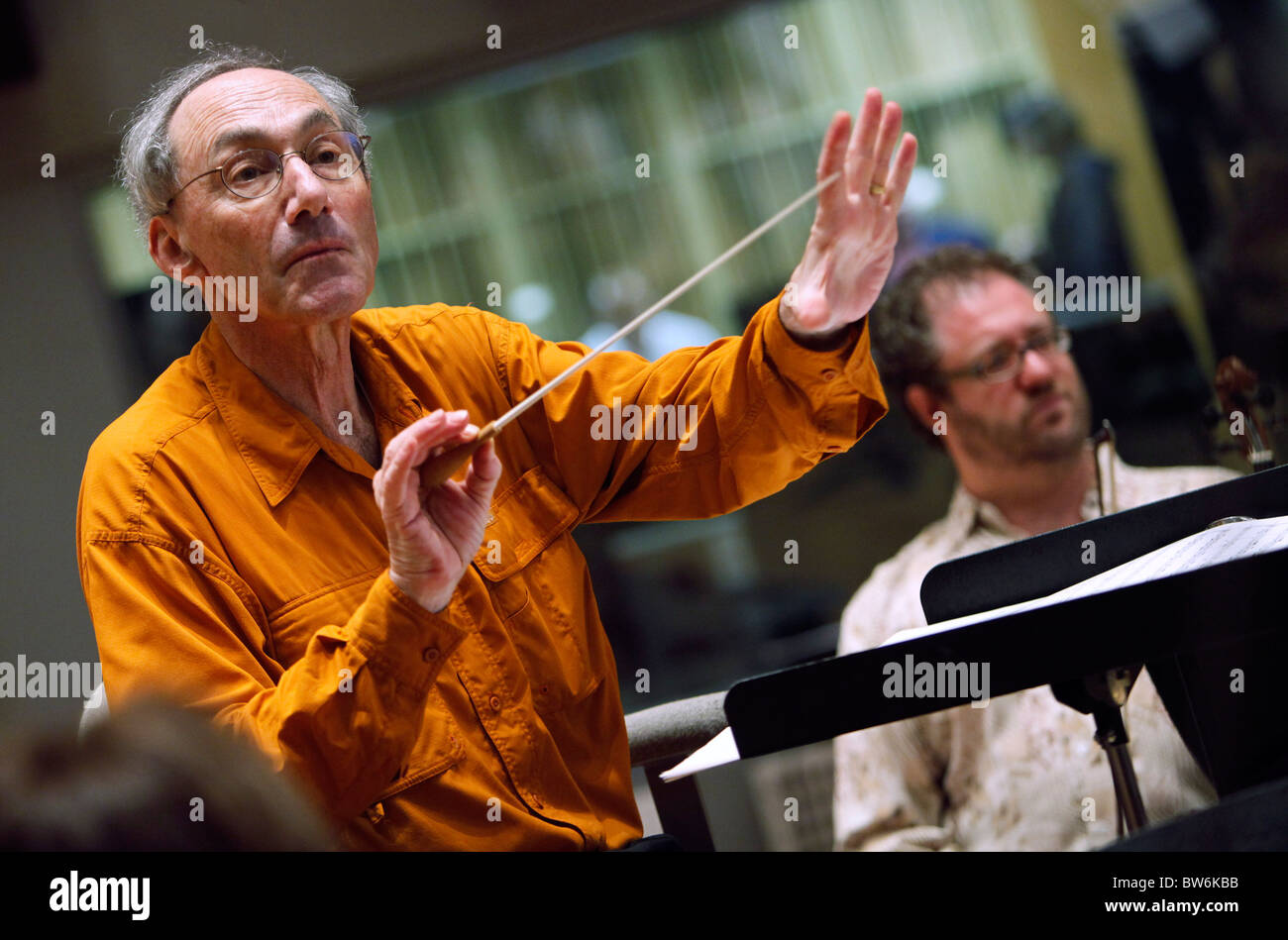 Charles Ansbacher rehearses in studio with the Boston Landmarks Orchestra - Stock Image