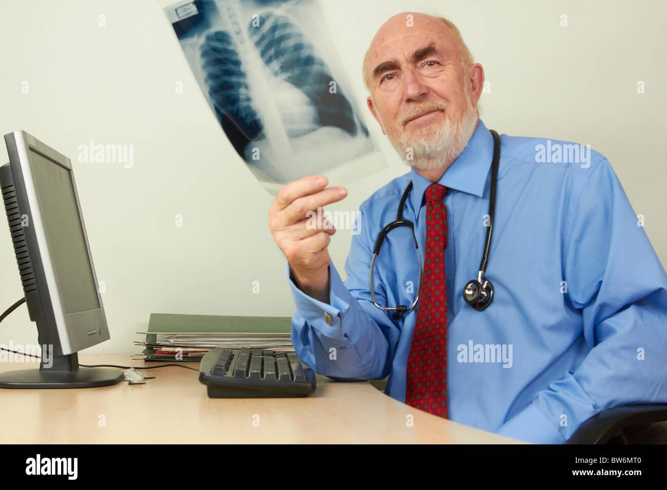 Doctor examining xray - Stock Image