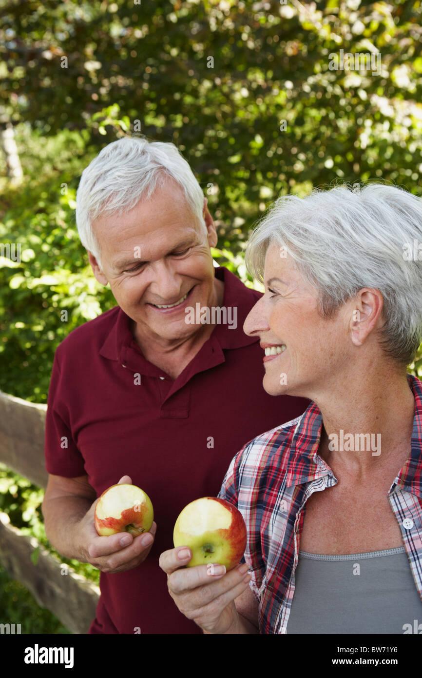 Senior couple eating apples - Stock Image