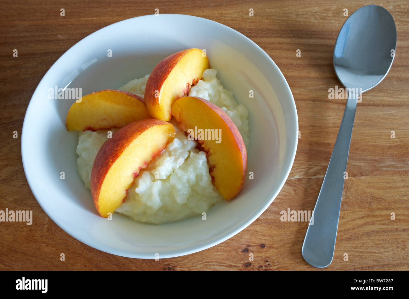 Creamed rice pudding with apricot slices - Stock Image