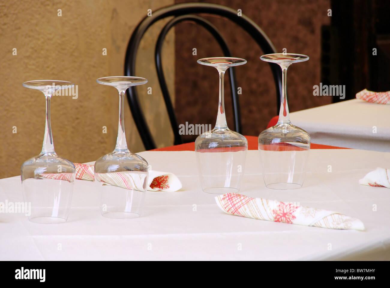 Glas auf Tisch - glass on table 01 - Stock Image