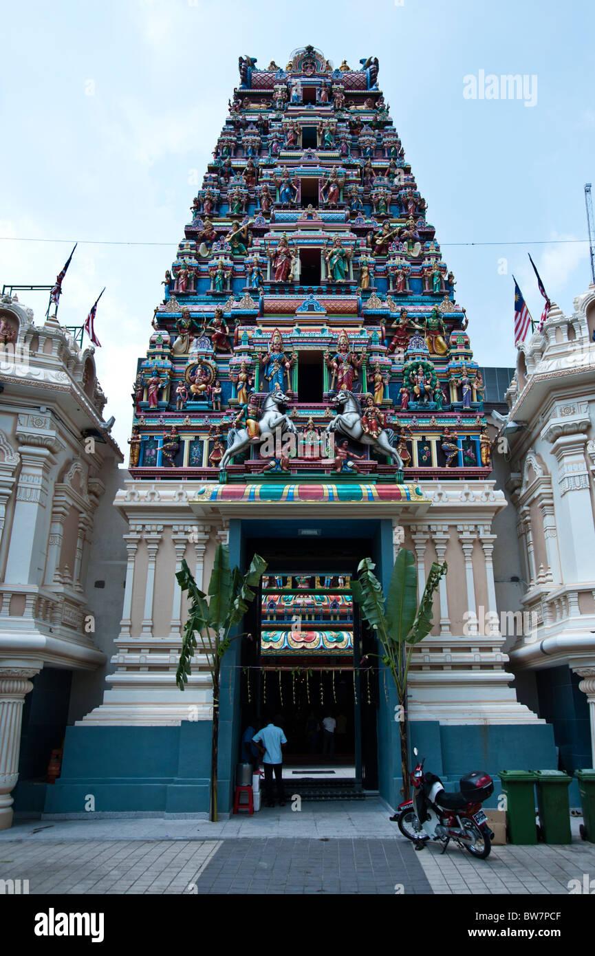 Sri Maha Mariamman Temple gopuram (gateway tower) Kuala Lumpur Malaysia arrayed with Hindu deities and statues - Stock Image