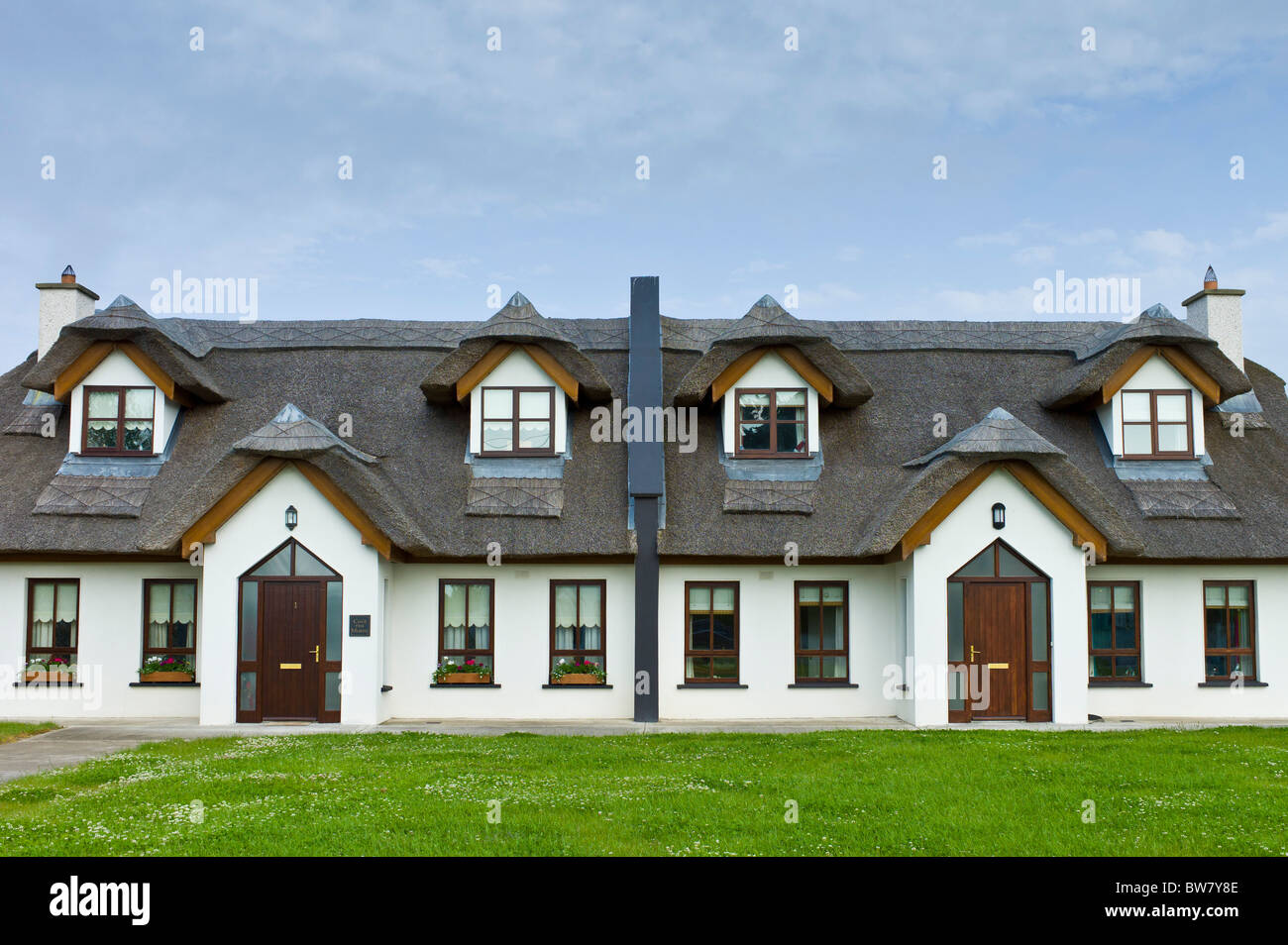 Repro thatched cottages in new development in County Wexford, Ireland. EU funds led to 'Celtic tiger' investment - Stock Image