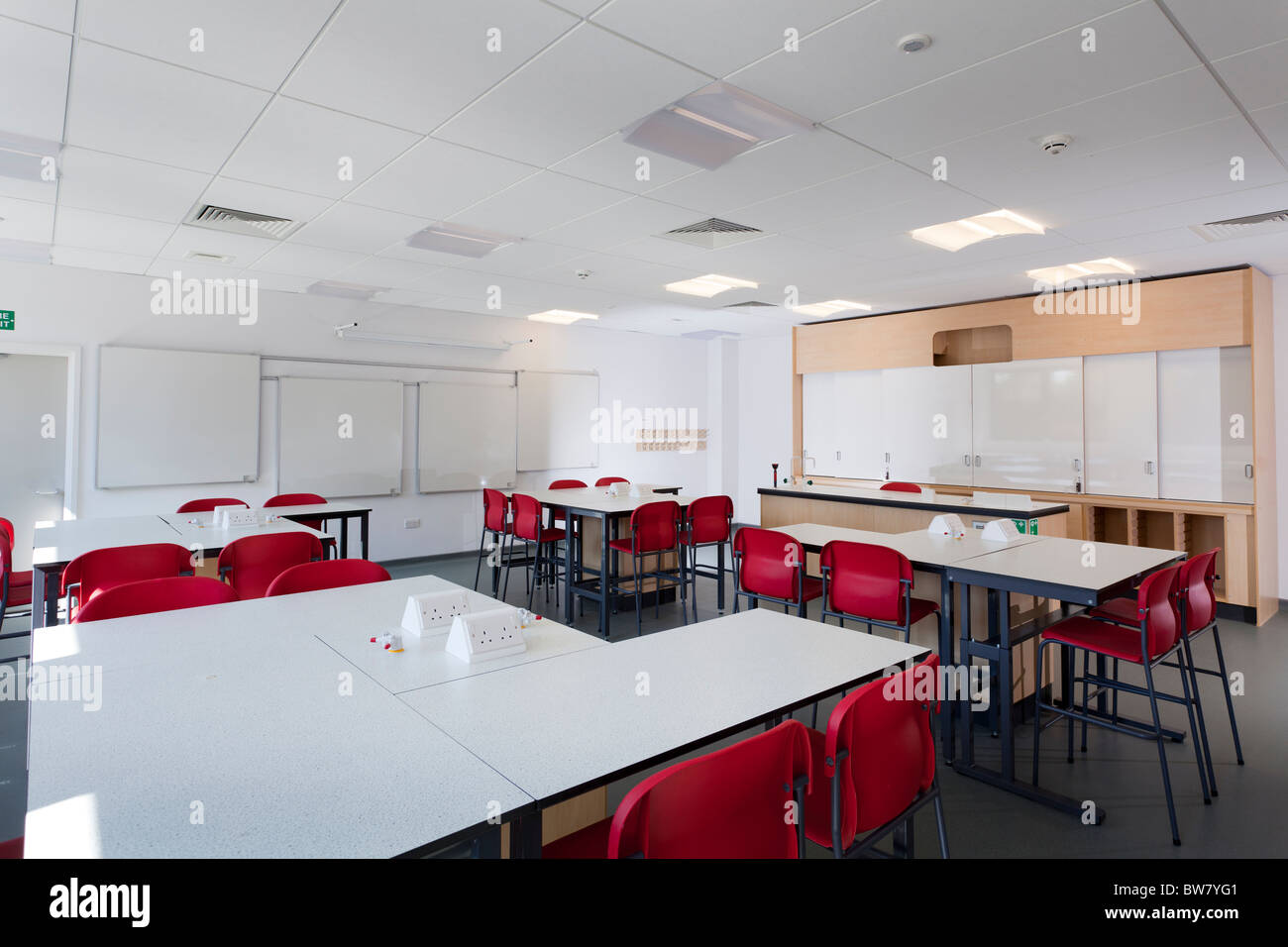 empty physics classroom atPortsmouth Grammar School New Science Block - Stock Image