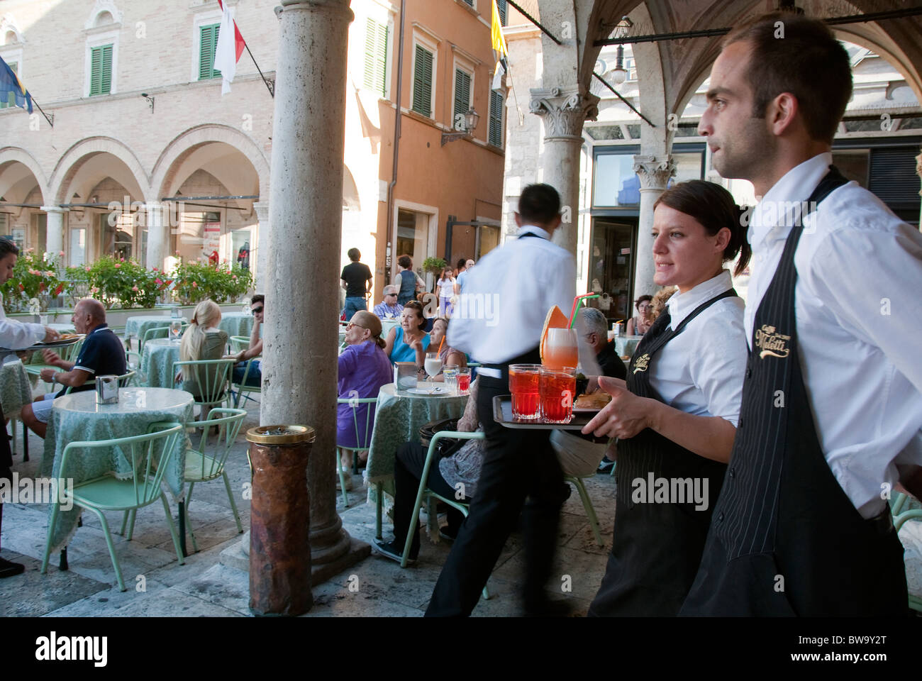 Waiters at Caffe Meletti in Piazza del Popolo, Ascoli Piceno serving drinks - Stock Image