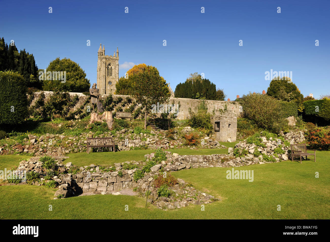 The ruins of Shaftesbury Abbey Dorset UK with a statue of King Alfred and the shrine which once housed the relics - Stock Image
