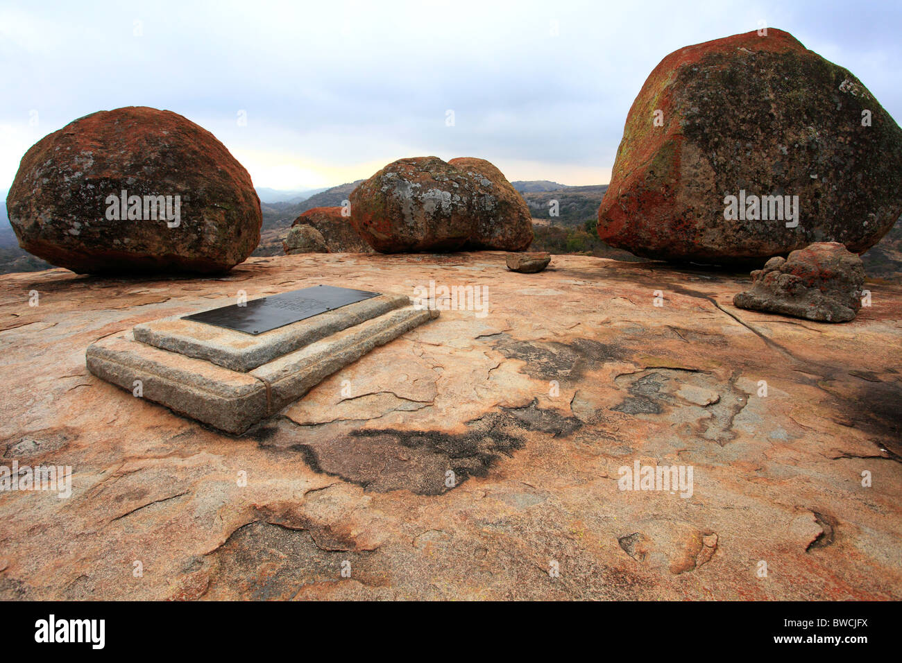Cecil John Rhodes tomb surrounded by boulders on World's View (Malindidzimu Hill) in Matopo National Park, Zimbabwe - Stock Image