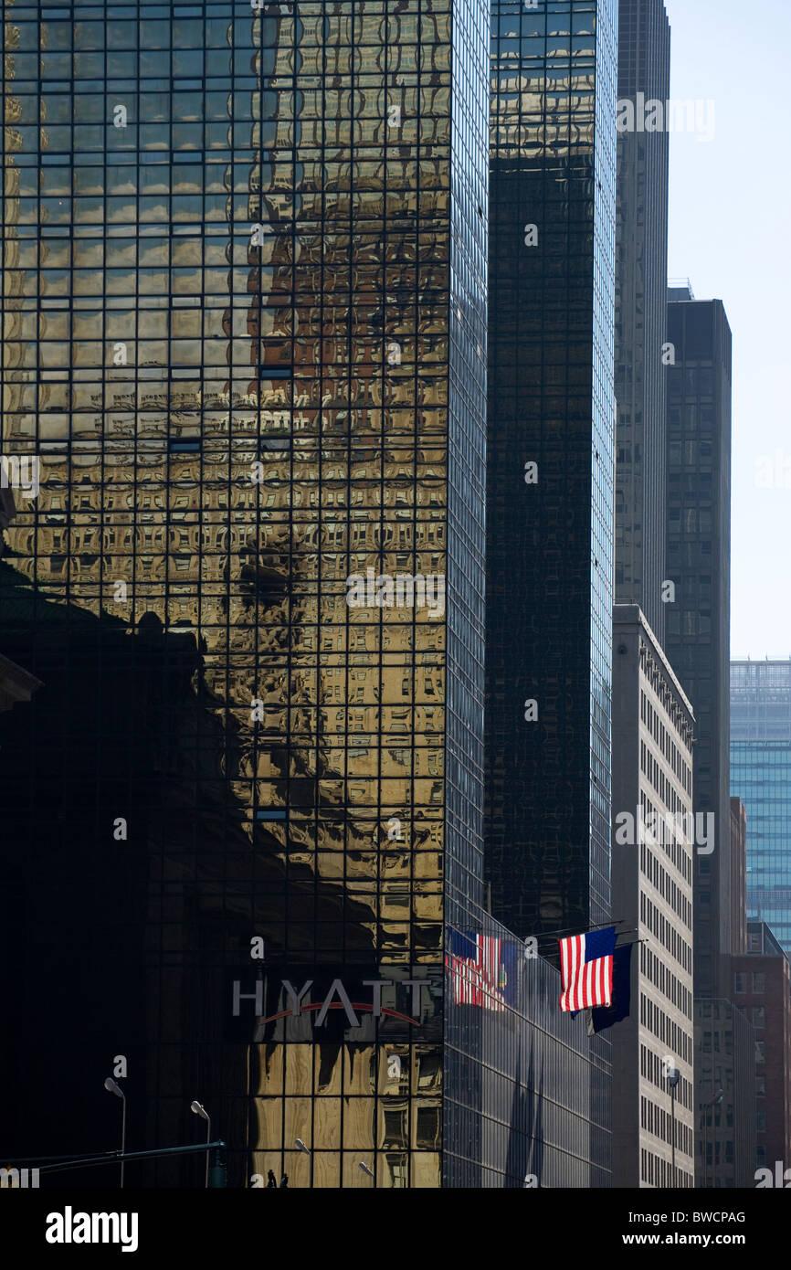 Grand Hyatt Hotel New York with lone US flag flying - Stock Image
