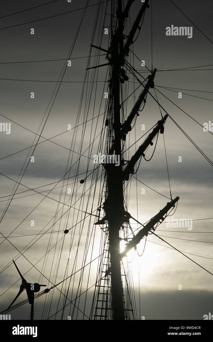 """Modern wind turbine and mast of the Royal Research Ship """"Discovery"""" . Dundee, Tayside, Scotland. Stock Photo"""