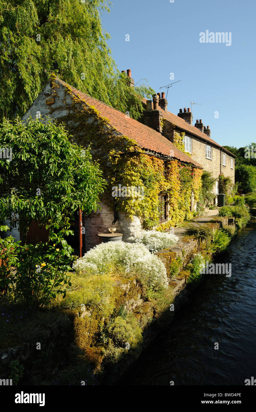 Cottages along the beck, Thornton-le-Dale, North Yorkshire, England Stock Photo