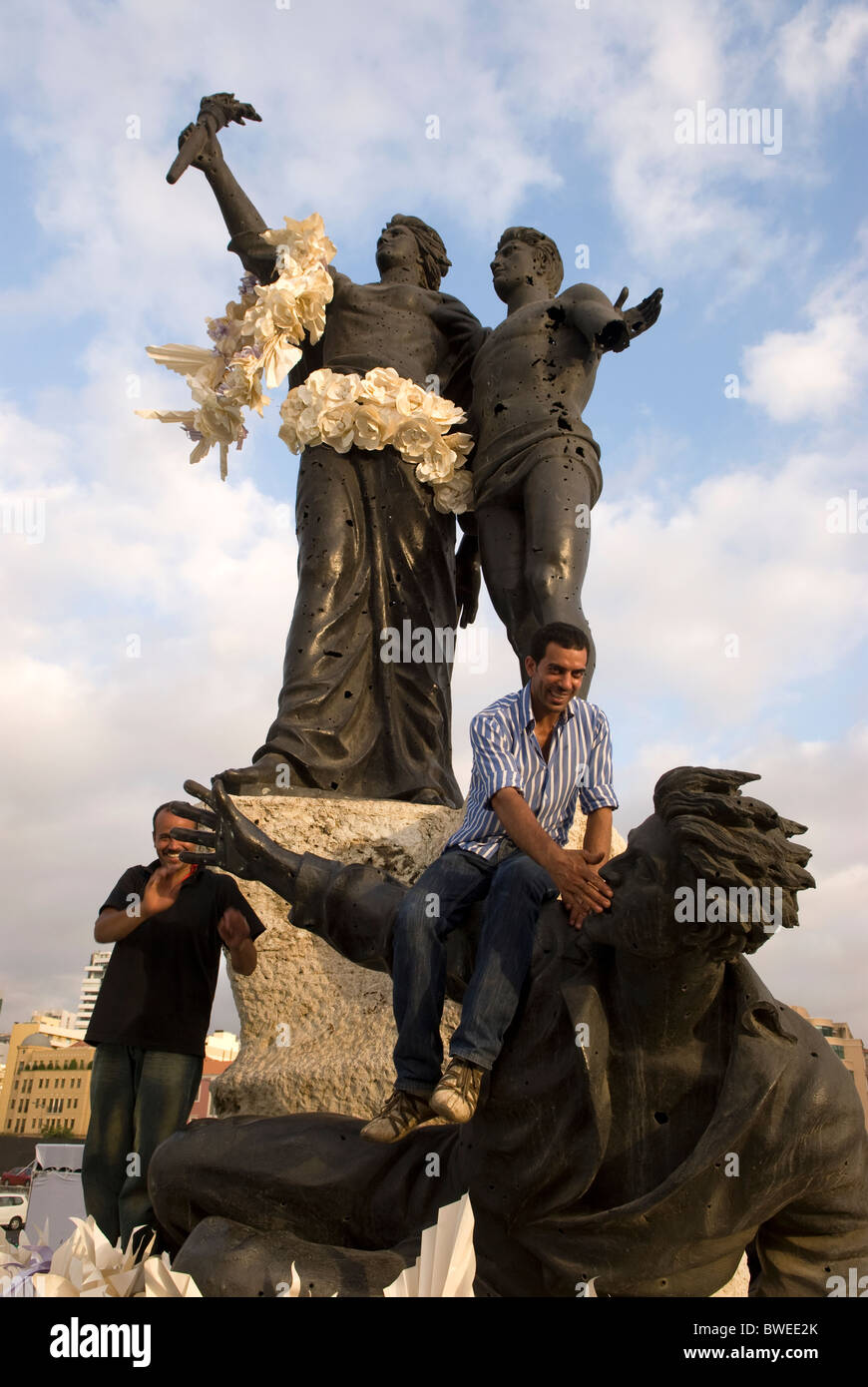 Martyrs' Square statue garlanded with flowers in preparation for a evening fashion show, Downtown, Beirut, LEBANON. - Stock Image