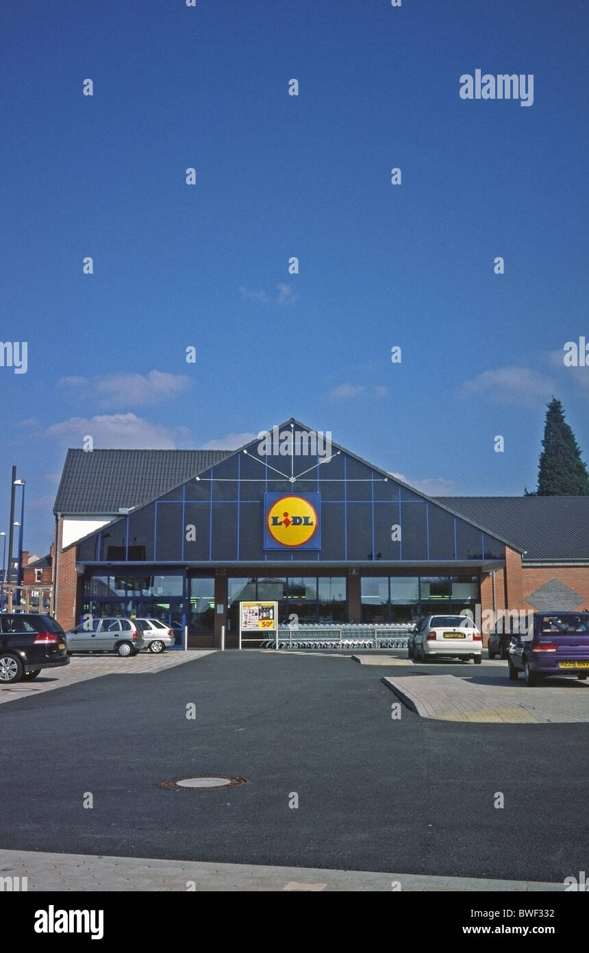 Exterior of a branch of Lidl Supermarket with car park at Cradley Heath, West Mids, UK - Stock Image